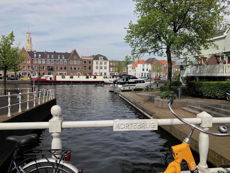Uitzicht koopwoningen centrum Haarlem vanuit de Burgwal buurt.