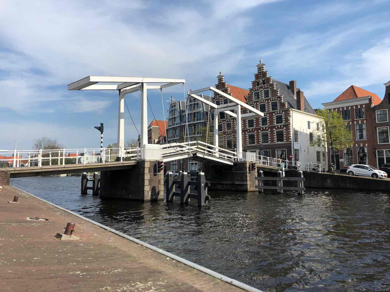Brug naar de woningen in de Burgwalbuurt in Haarlem