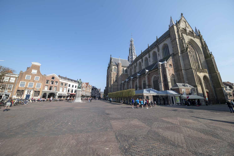 St Bavo Kerk en Laurens Janszoon Coster Stambeeld Grote Markt Haarlem Centrum