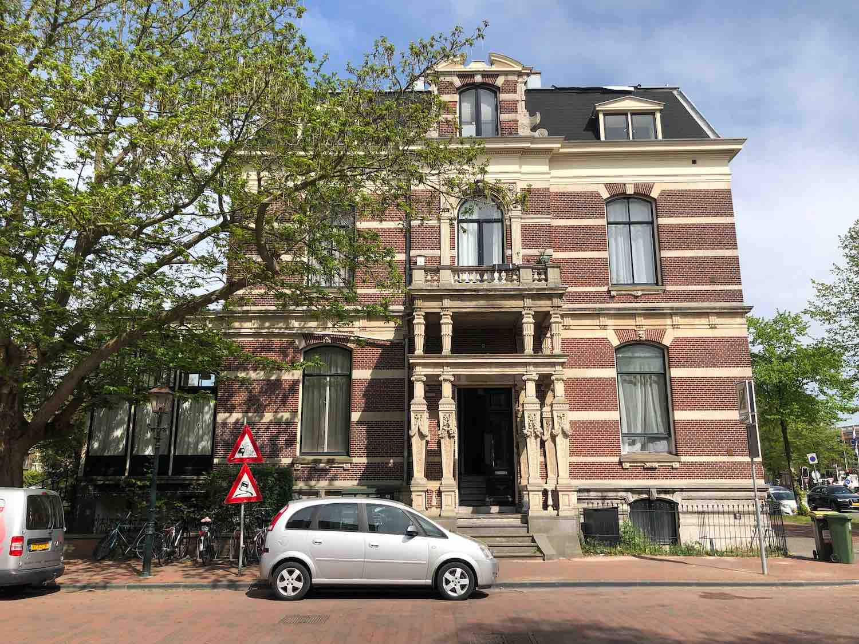 Monumentale woonhuis in het Florapark in het Haarlemmerhoutkwartier in Haarlem