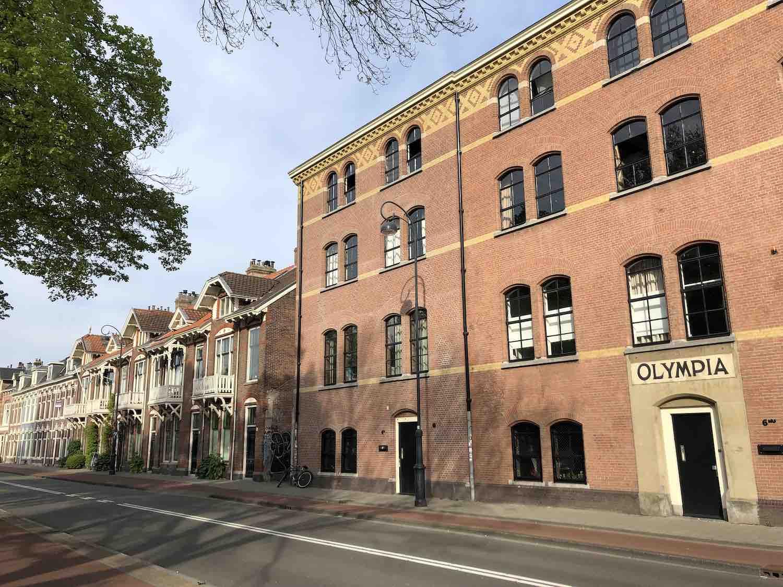Pakhuizen die zijn omgebouwd naar koopwoningen in het Garenkokerskwartier in het Zijlwegkwartier in Haarlem zuidwest