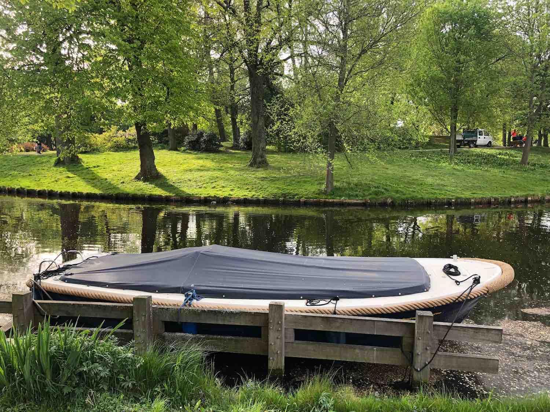 Een boot voor de deur van een koopwoning in het Garenkokerskwartier in het Zijlwegkwartier in Haarlem zuidwest