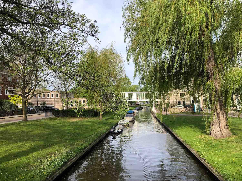 Mooie koopwoningen aan watertjes in het Garenkokerskwartier in het Zijlwegkwartier in Haarlem zuidwest