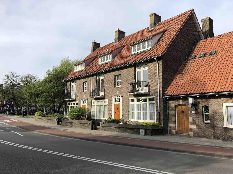 Drie onder eenkap koopwoningen in het Garenkokerskwartier in het Zijlwegkwartier in Haarlem zuidwest