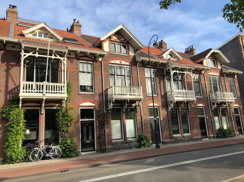 Klassieke woningen met stijlvolle balkons in het Garenkokerskwartier in het Zijlwegkwartier in Haarlem zuidwest