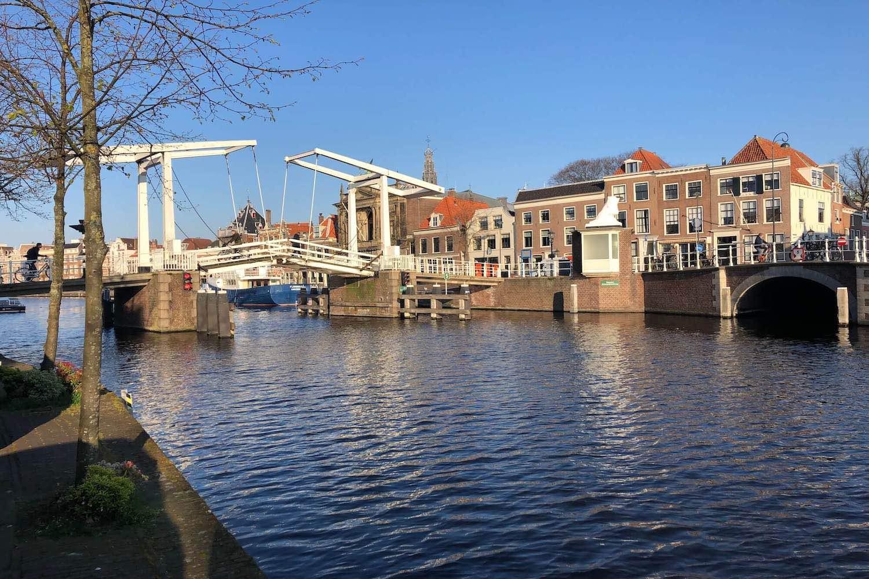 De gravestenenbrug in de Binnenstad van Haarlem