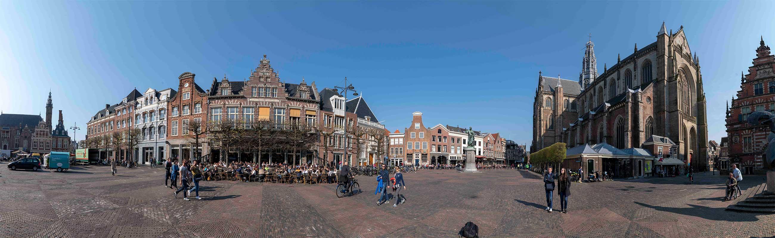 De Grote Markt in het centrum van Haarlem. Incl de St Bavo kerk.