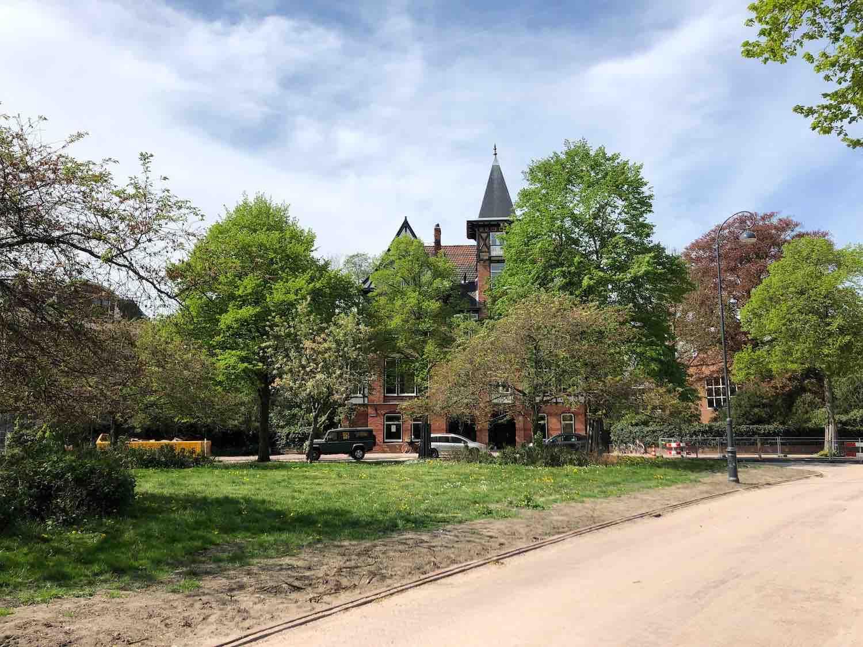 Een van de mooiste en grootste buurt perkjes in Haarlem in het Haarlemmerhoutkwartier