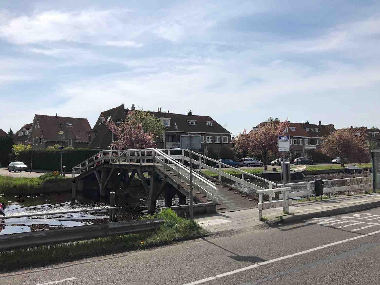 De voetgangersbrug over de Leidsevaart vanuit het centrum naar het Houtvaartkwartier