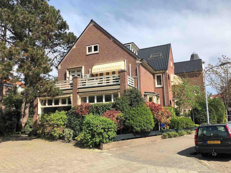 Grote vrijstaande villa in de Koninginnebuurt in de Haarlemmerhoutkwartier in Haarlem