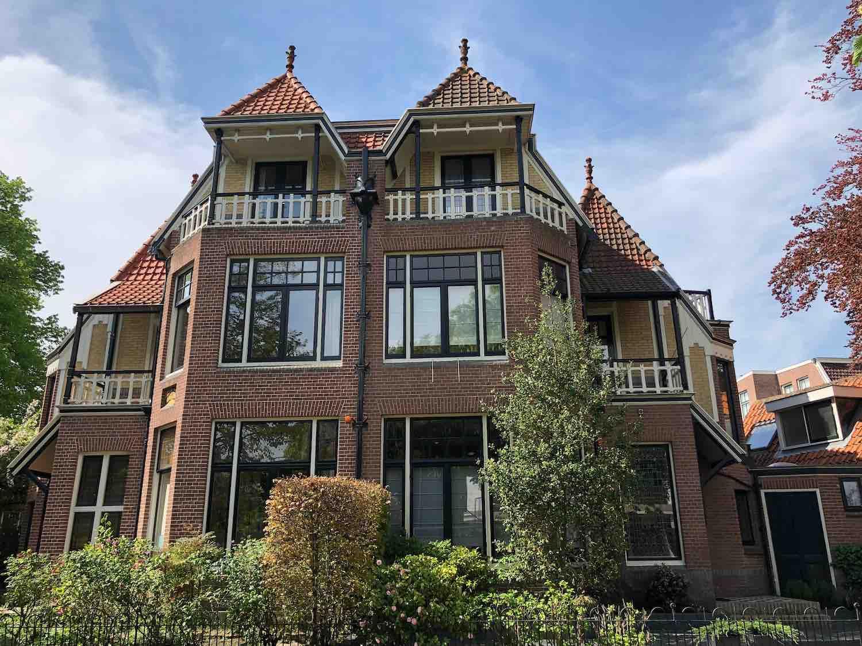 Villa met twee onder eenkap koopwoningen in de Koninginnebuurt in de Haarlemmerhoutkwartier in Haarlem