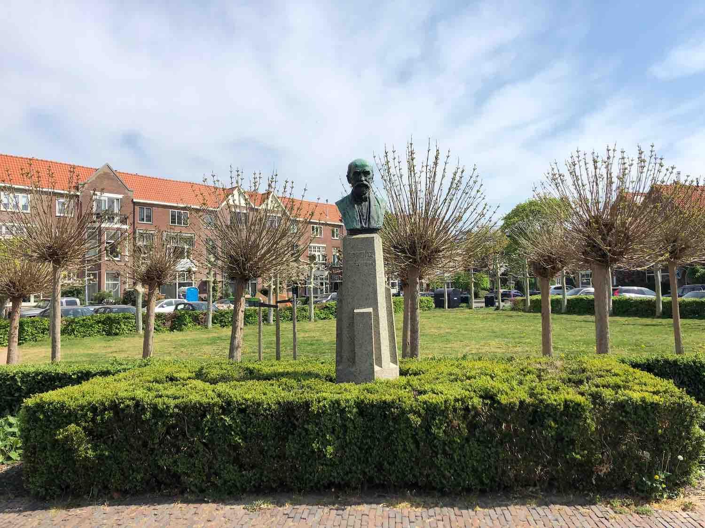 Park met monument in de Koninginnebuurt in de Haarlemmerhoutkwartier in Haarlem