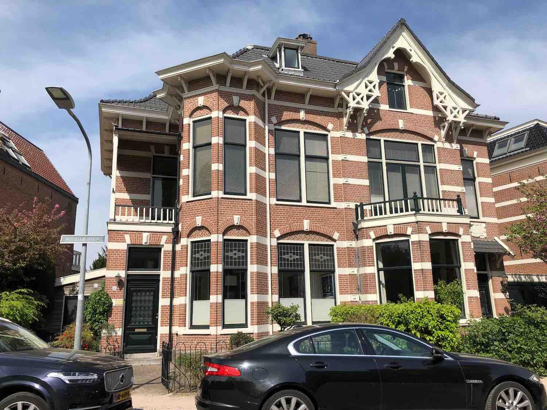Een van de mooiste koophuizen in de Koninginnebuurt in het Haarlemmerhoutkwartier in Haarlem