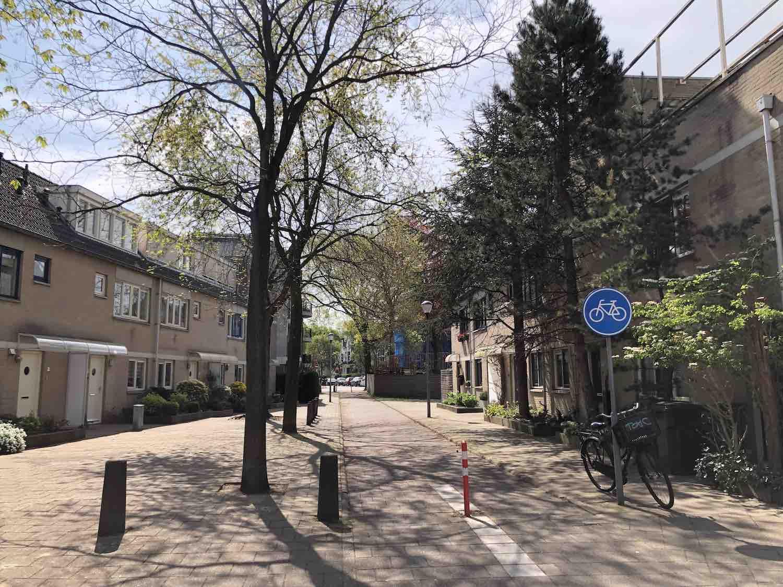 Straatje tussen de twee verschillende delen in de Koninginnebuurt in het Haarlemmerhoutkwartier in Haarlem