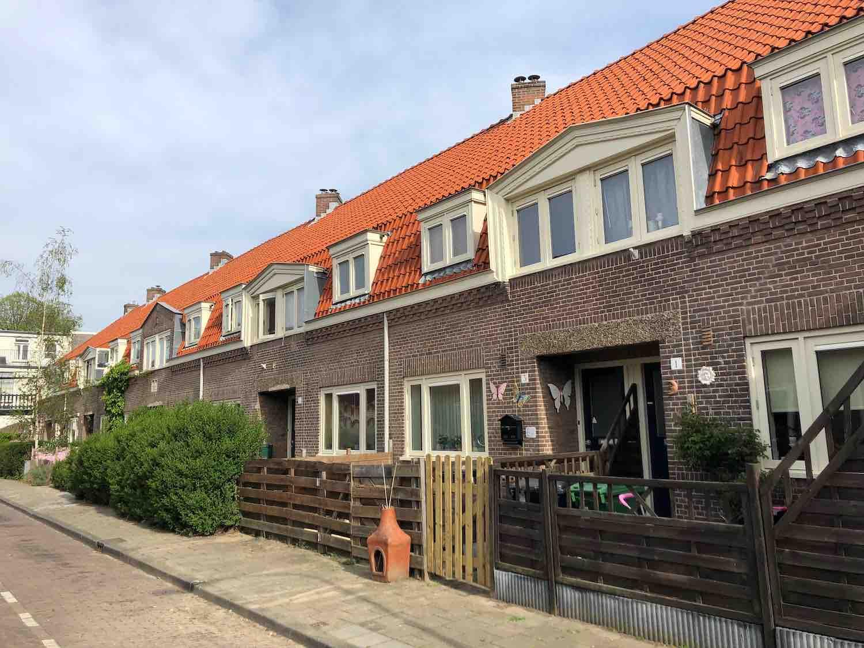Voorheen waren dit sociale huurwoningen nu zijn er veel verkocht in de populaire Leidsebuurt oost in het Zijlwegkwartier in Haarlem zuidwest