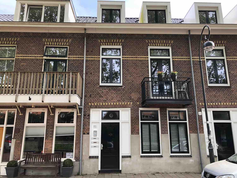 Klassieke huurwoningen die inmiddels verkocht zijn aan particulieren in de Leidsebuurt west in het Zijlwegkwartier in Haarlem zuidwest