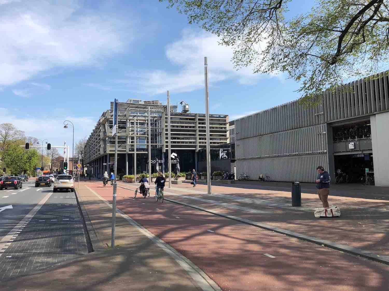 N200 en het Haarlemse NS Station aan het Stationsplein.