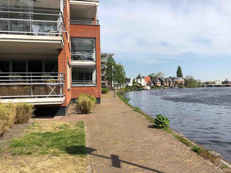 Koop- en huurwoningen in de Welgelegen buurt in Haarlem in het Haarlemmerhoutkwartier aan het water