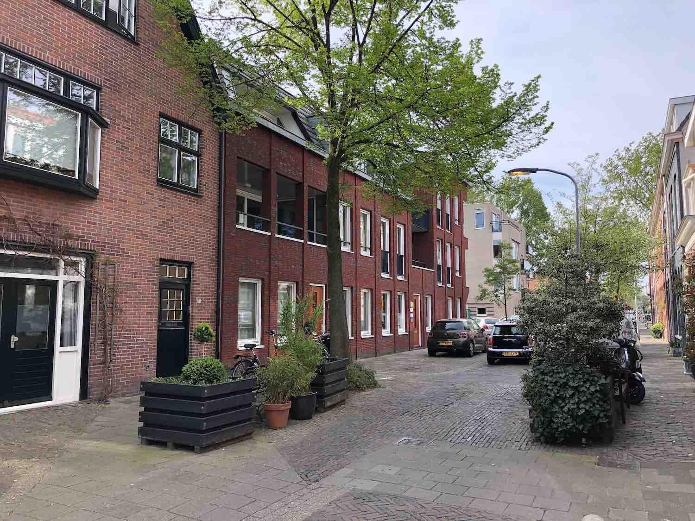 Knusse autoluwe straatjes met koopwoningen en huurwoningen in het Zijlwegkwartier in Haarlem Zuidwest